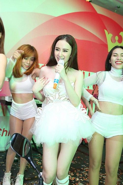 "angela phuong trinh kho ""de bep"" ve sexy vo hoang yen - 17"