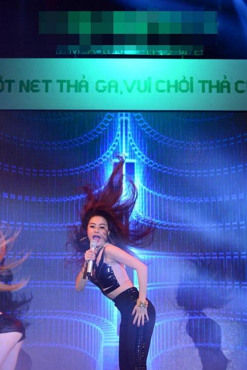 """hoang thuy linh gap fan nam """"cuong"""" tai dat cang - 3"""