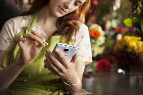 5 smartphone so huu man hinh sac net nhat - 5