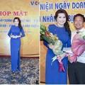Làng sao - Hoa hậu Kim Hồng duyên dáng trong ngày doanh nhân