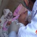 Tin tức - TQ: Thương tâm bé trai sơ sinh bị vứt bỏ tại vườn hoa
