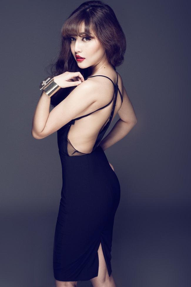 Sở hữu số đo ba vòng cân đối, tấm lưng trần nóng bỏng, Bích Phương thường khoe lợi thế này của mình trong nhiều bộ hình thời trang