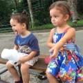 Làng sao - Cặp song sinh nhà Hồng Nhung cực yêu ở công viên