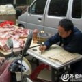 Tin tức - Người đàn ông vừa bán thịt lợn vừa viết thư pháp