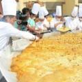 Tin tức - 40 đầu bếp cùng làm bánh bí ngô nặng 845kg