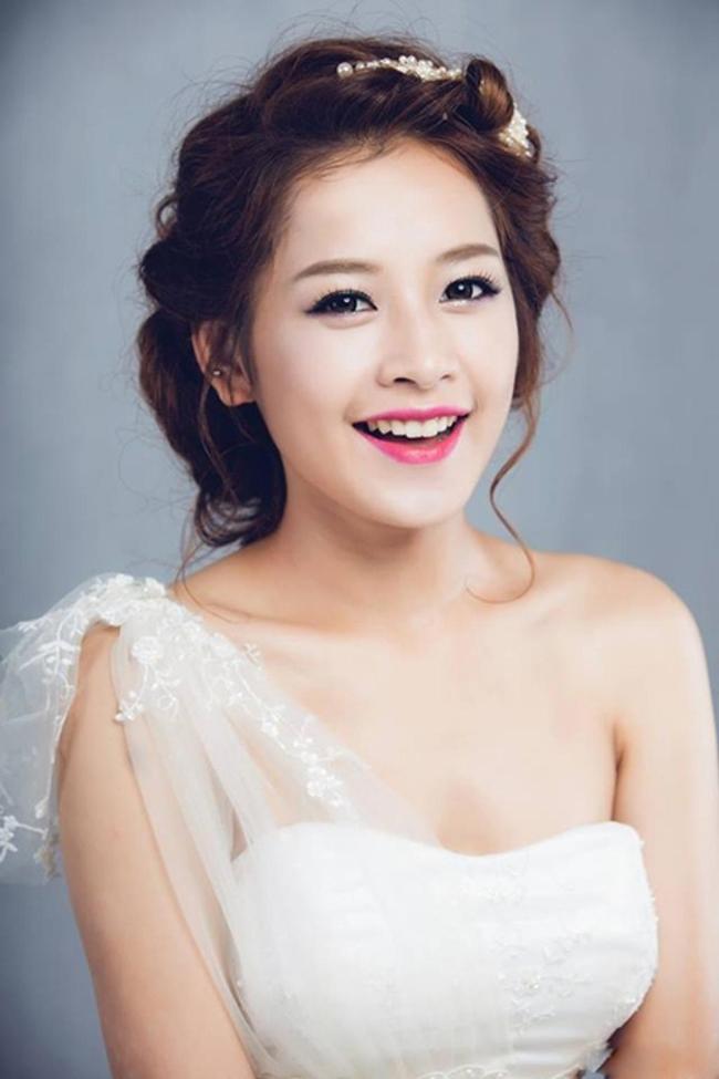 Xuất hiện liên tiếp trên các phương tiện truyền thông, có lẽ Chi Pu là hot girl Việt duy nhất tính tới thời điểm này sau nhiều năm xuất hiện vẫn giữ được tình cảm và sự yêu mến của đông đảo giới trẻ.Nụ cười duyên dáng của cô nàng khiến trái tim Fan Việt phải tan chảy.