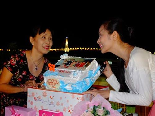 duong my linh au yem om chat bang kieu o san bay - 13
