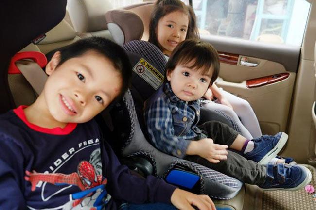 """Hơn 50 tuổi, đạo diễn Trần Lựccó """"tổng động viên"""" là 4 đứa con. Cậu cả hiện đã hai mấy tuổi, còn cô thứ hai tên là Bông (7 tuổi), đến cậu Bờm (6 tuổi, cuối cùng là cậu út Bách (3 tuổi). 'Nhà tôi lúc nào cũng như cái nhà trẻ. Đông con rất vui nhưng cũng rất mệt.', vịđạo diễn đào hoa của làng phim Việt chia sẻ."""