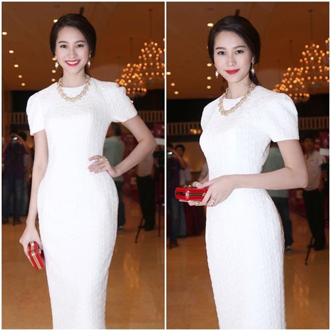 Chiếc váy phồng hông với cấu trúc tạo phom cứng cáp giúp các người đẹp tự tin với vòng eo nhỏ nhắn hơn.