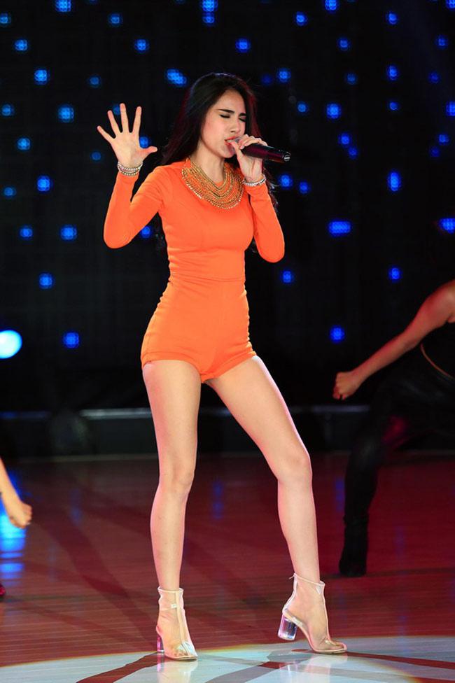 Thuỷ Tiên được coi là 'nữ hoàng jumpsuit'