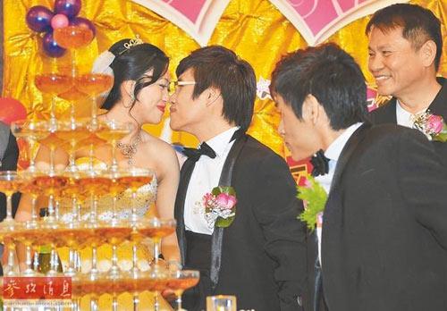 dam cuoi hanh phuc cua chang trai sinh doi dinh lien - 2