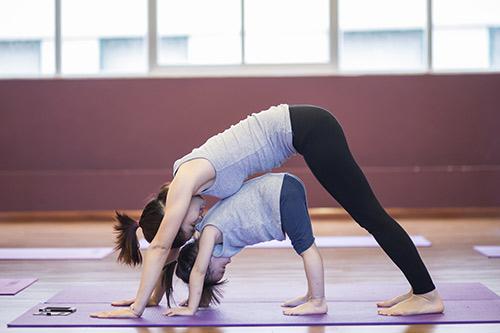 bo anh yoga tuyet dep cua be gai ha noi voi me - 7