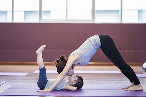 bo anh yoga tuyet dep cua be gai ha noi voi me - 8