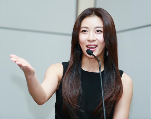 can canh ve dep khong ty vet cua ha ji won - 15