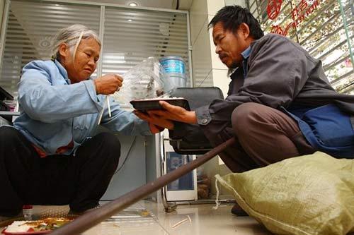 vo chong an xin mang 2 bao tien xu cho con hoc dai hoc - 3