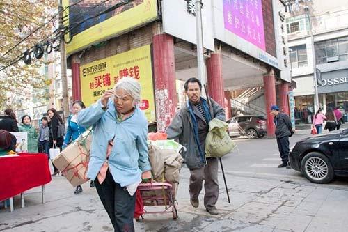 vo chong an xin mang 2 bao tien xu cho con hoc dai hoc - 1