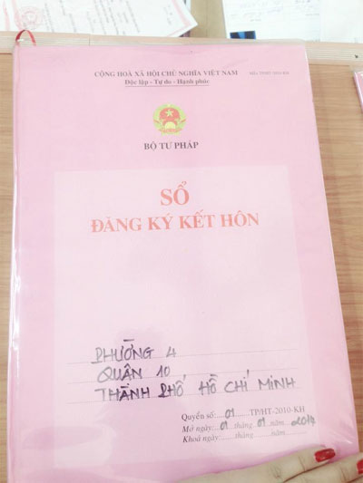 phi thanh van vui mung khoe giay chung nhan ket hon - 2