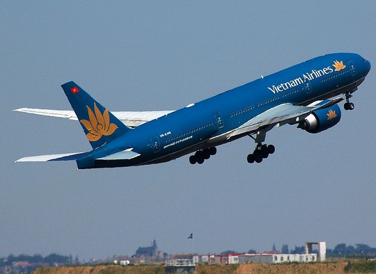 may bay vietnam airlines bi truc thang quan su cat ngang mat - 1