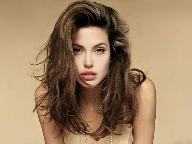 """Nữ minh tinh hàng đầu Hollywood, Angelina Jolie luôn được đứng đầu trong các bảng xếp hạng nhan sắc trên thế giới và một trong những yếu tố tạo ra sự quyến rũ """"chết người"""" của cô chính là đôi môi gợi cảm mang thương hiệu Angelina Jolie."""