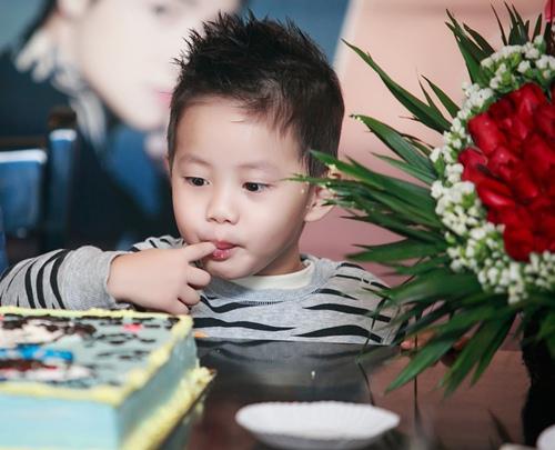 con trai dang khoi banh bao ben canh bo - 5