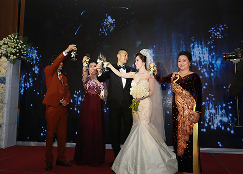 Doãn Tuấn hôn Quỳnh Nga say đắm trong ngày cưới - 8