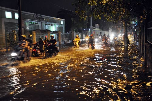 Mưa lớn tại TPHCM, nước ngập gần hết bánh xe-1
