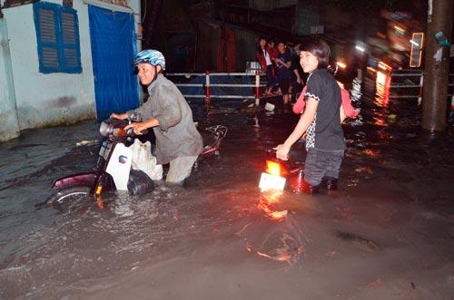 Mưa lớn tại TPHCM, nước ngập gần hết bánh xe-2