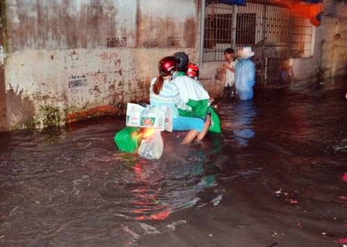 Mưa lớn tại TPHCM, nước ngập gần hết bánh xe-3