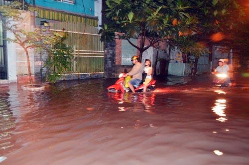 Mưa lớn tại TPHCM, nước ngập gần hết bánh xe-4
