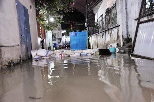 Mưa lớn tại TPHCM, nước ngập gần hết bánh xe-9