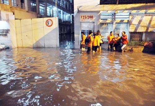 Mưa lớn tại TPHCM, nước ngập gần hết bánh xe-10