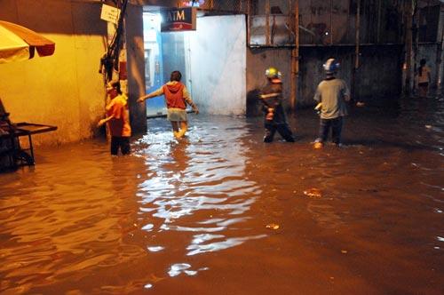 Mưa lớn tại TPHCM, nước ngập gần hết bánh xe-11