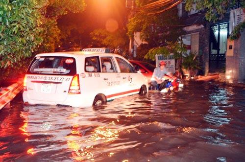 Mưa lớn tại TPHCM, nước ngập gần hết bánh xe-5