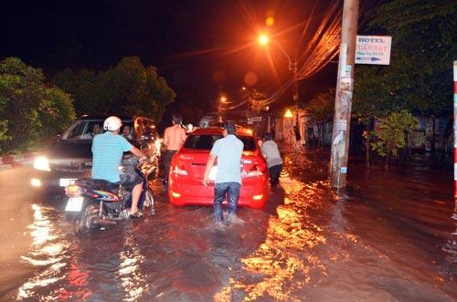 Mưa lớn tại TPHCM, nước ngập gần hết bánh xe-6
