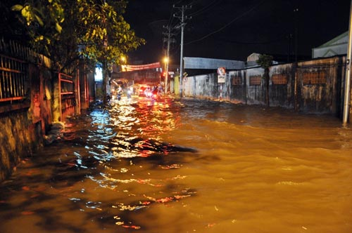 Mưa lớn tại TPHCM, nước ngập gần hết bánh xe-7