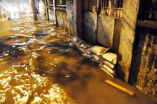 Mưa lớn tại TPHCM, nước ngập gần hết bánh xe-8