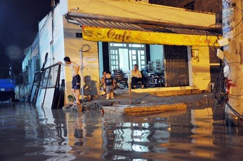 Mưa lớn tại TPHCM, nước ngập gần hết bánh xe-13
