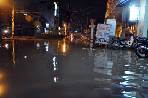 Mưa lớn tại TPHCM, nước ngập gần hết bánh xe-12