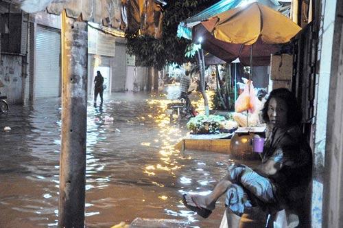 Mưa lớn tại TPHCM, nước ngập gần hết bánh xe-16