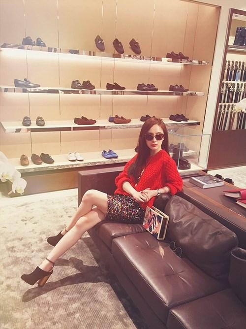 angela phuong trinh sang chanh di mua sam hang hieu - 3