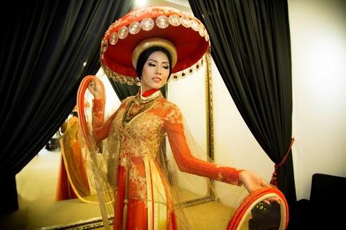 la lam voi ao dai truyen thong cua nguyen thi loan - 10