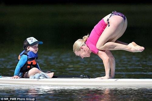 ba me yoga nuoc uc tao dang cuc deo cung con tren van - 3