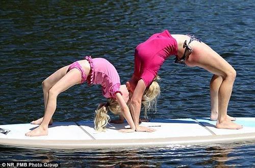 ba me yoga nuoc uc tao dang cuc deo cung con tren van - 6
