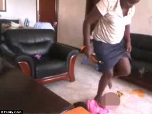 phan no giup viec o uganda lien tiep tat, dap be 2 tuoi - 2