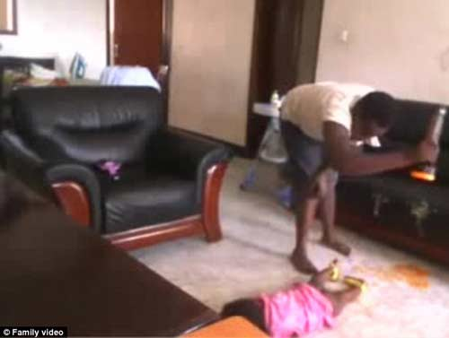 phan no giup viec o uganda lien tiep tat, dap be 2 tuoi - 3