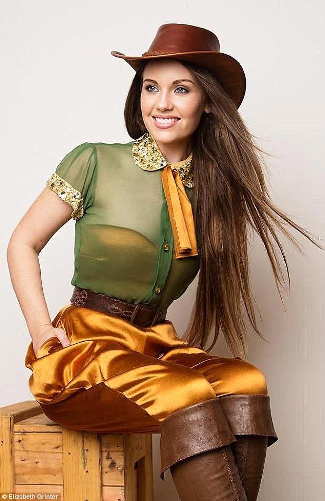 Trang phục dân tộc của Hoa hậu Úc, Courtney Thorpe được lấy cảm hứng từ quân phục của những người lính ANZAC nhưng được thêm thắt một số chi tiết rock cách điệu