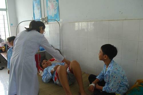 gia lai: 61 hoc sinh nhap vien sau tiem vac-xin - 1