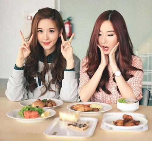 cap chi em song sinh tao 'song' vi giong het my nu han - 16