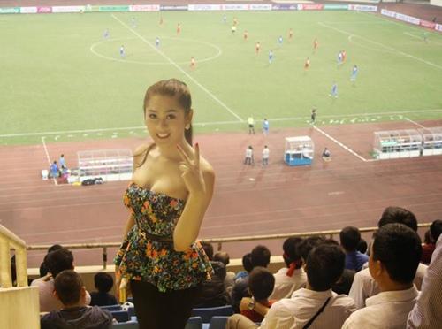 Lâm Chi Khanh gợi cảm đi xem bóng đá - 1