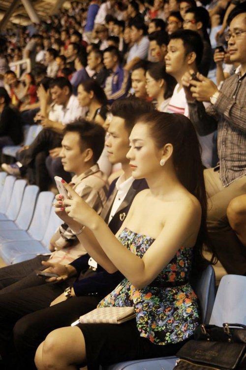 Lâm Chi Khanh gợi cảm đi xem bóng đá - 3